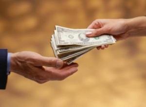 hands-exchanging-money